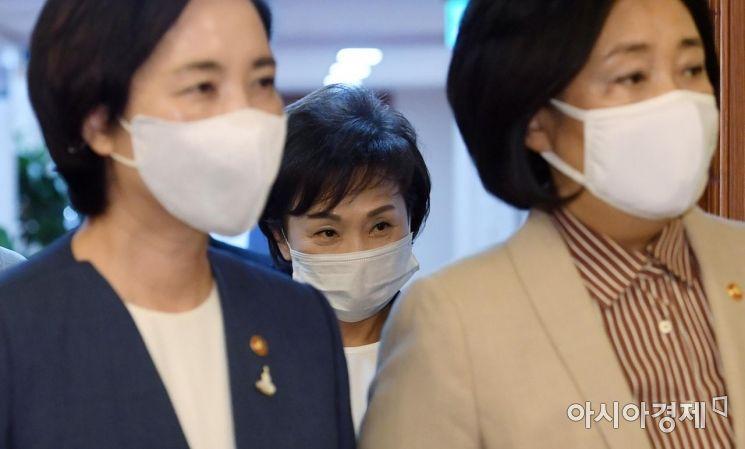 [포토] 국무회의장 들어서는 김현미 장관