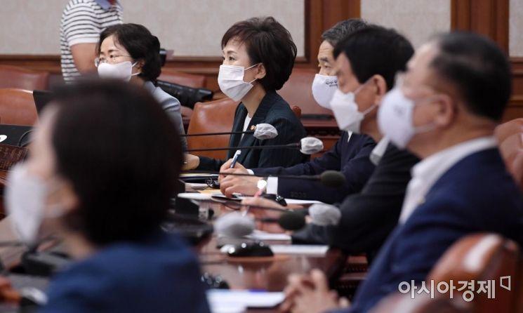 [포토] 모두 발언 영상 바라보는 김현미 장관