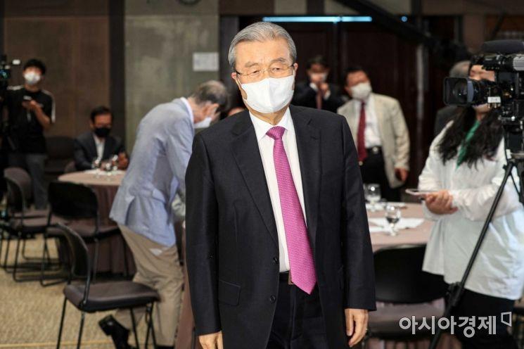 [포토]토론회장 들어서는 김종인 위원장