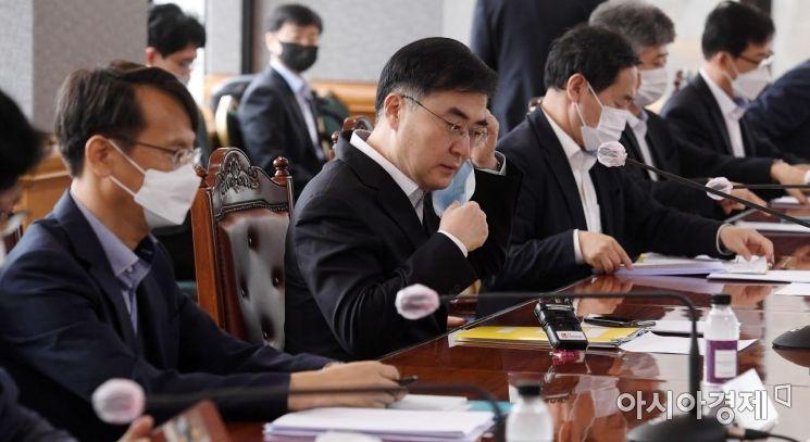 [포토] 마스크 벗는 손병두 부위원장