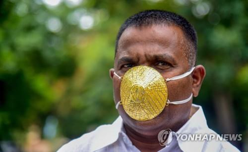 황금 마스크를 쓴 인도 기업인 샨카르 쿠르하데. [이미지출처=연합뉴스]