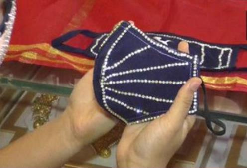 인도 서부 수라트의 한 보석상에서 판매되는 다이아몬드 장식 마스크. [이미지출처=연합뉴스]