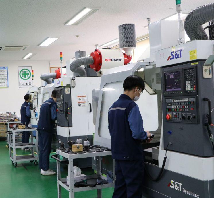 현장실습을 하고 있는 진주기계공고 학생들.(사진=경남교육청)