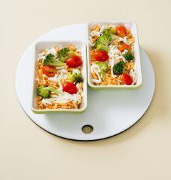2. 전자레인지 용기에 김치볶음밥을 담고 모차렐라 치즈, 브로콜리, 방울토마토를 섞어 얹는다.