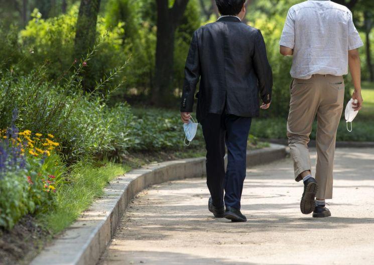 후텁지근한 날씨를 보인 지난 2일 오후 서울 여의도공원에서 직장인들이 점심시간을 맞아 산책을 하고 있다. / 사진=연합뉴스