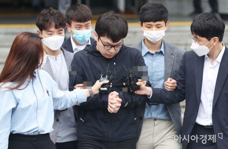 조주빈의 성착취 범행에 공범으로 가담한 남경읍이 15일 서울 종로경찰서에서 서울중앙지방검찰청으로 송치되고 있다. /문호남 기자 munonam@