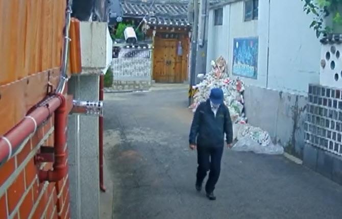 지난 10일 SBS가 보도한 폐쇄회로(CC)TV 영상. 고(故) 박원순 시장이 지난 9일 오전 서울 종로구 가회동 공관을 나서 인근 길을 지나는 모습 [이미지출처=연합뉴스]