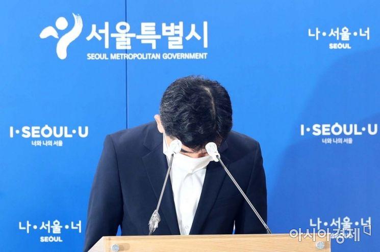 황인식 서울시 대변인이 15일 시청 기자실에서 직원 인권침해 진상규명에 대한 서울시 입장문을 읽기 전 인사하고 있다. /문호남 기자 munonam@