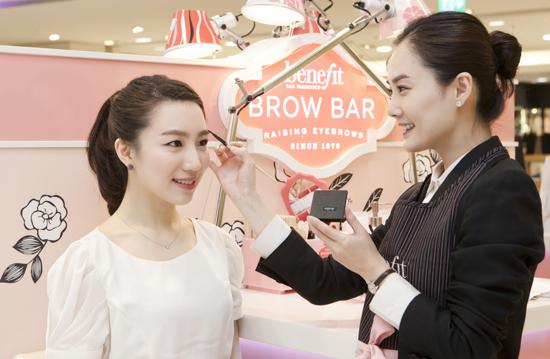 베네피트 브라우바를 방문한 고객이 눈썹 전문가 '베네피트 브라우 엑스퍼트'(benefit brow-expert)에게 얼굴형과 이미지에 어울리는 맞춤형 눈썹 관리를 받고 있다. 사진=베네피트 제공