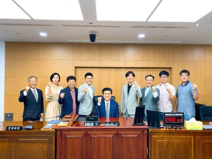 김희수 도 교육위원장(가운데)과 강지웅 전주시 학교운영위원회협의회장(오른쪽), 김태인 학교운영위원회 협의회 부회장(왼쪽) 등 9명이 15일 도의회 교육위원장실에서 간담회를 갖고 파이팅 포즈를 취하고 있다.
