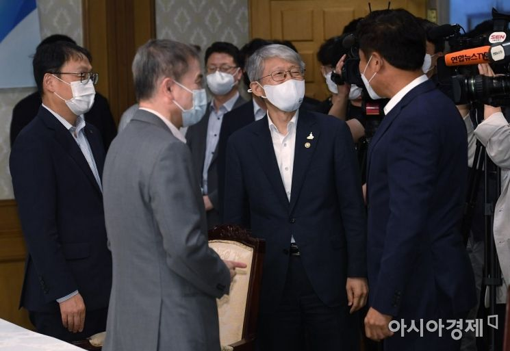 [포토] 이통3사 CEO와 인사하는 최기영 장관