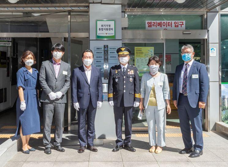 노현송 강서구청장(왼쪽 세 번째)을 비롯한 관계자들이 '위기가정통합지원센터 개소식'에서 제막식을 마친 후 기념촬영을 하고 있다.