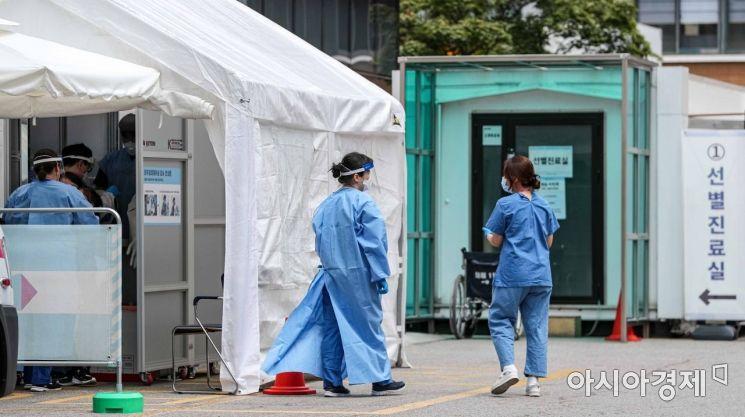 국내 코로나19 확진자가 어제 하루 해외 47명, 서울6명, 경기3명 등 총 61명 증가한 가운데 16일 서울 중구 국립중앙의료원에 마련된 선별진료소에서 의료진이 분주하게 움직이고 있다./강진형 기자aymsdream@