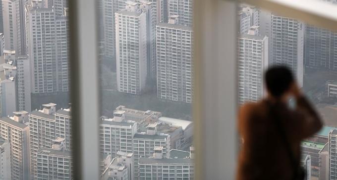 서울 송파구 잠실 롯데월드타워를 찾은 한 시민이 인근 아파트 단지를 바라보고 있다. 사진은 기사 중 특정 표현과 무관. [이미지출처=연합뉴스]