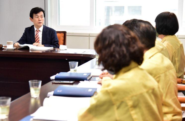 조규일 진주시장이 민선 7기 하반기 공약 현안사업 점검 보고회를 진행하고 있다.(사진=진주시청)