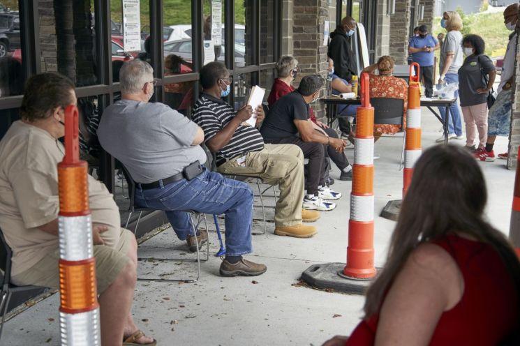 미국 네브래스카주의 한 직업소개소 앞에서 구직자들이 대기하고 있다. [이미지출처=AP연합뉴스]