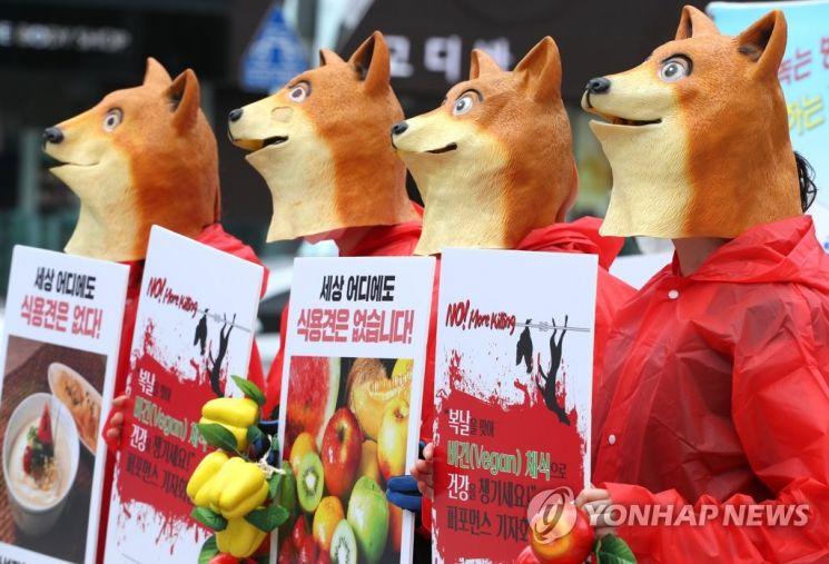 지난 16일 오후 서울 광화문 이순신 동상 앞에서 비건(Vegan) 세상을 위한 시민모임 회원들이 '초복을 맞아 채식으로 건강을 챙기세요' 퍼포먼스를 하고 있다/사진=연합뉴스