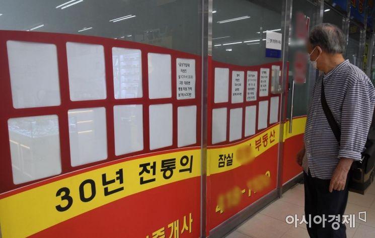 부동산 대책 이후 전셋값이 오르며 전세 매물이 사라진 가운데 서울 송파구의 한 아파트 공인중개업소에 부동산 매물 정보가 텅 비어 있다.