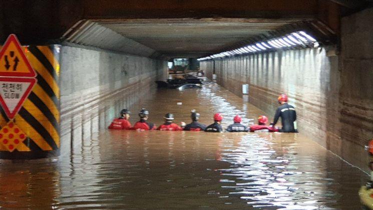 지난달 23일 오후 8시 폭우로 침수된 부산 동구 초량 제1지하차도. 소방당국이 구조 활동에 나서고 있다. [이미지출처=연합뉴스]