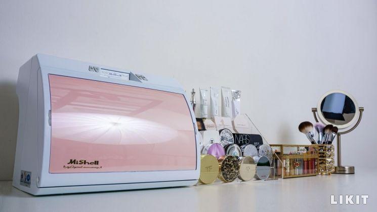 """정리의 기술: 어수선한 화장대의 """"환골탈태"""" (왼쪽부터)미쉘 화장품냉장고, 뷰티이닛 화장품정리함, 까사앤도라 립스틱케이스와 브러쉬스탠드, 루나미러 클래식 거울"""