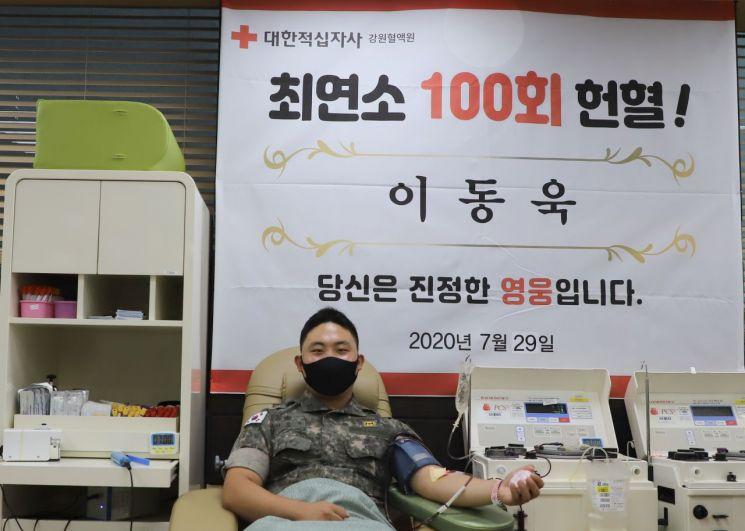 육군 36보병사단 이동욱 하사가 29일 강원도 원주시 헌혈의 집에서 100번째 헌혈을 하고 있다.