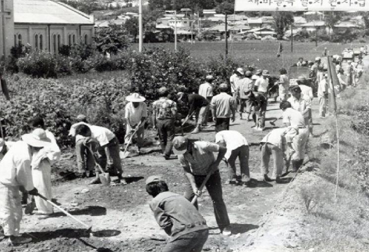 1970년대 새마을 운동 당시의 모습. [사진=한국 시멘트협회]