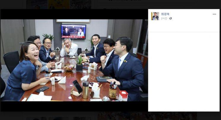 최강욱 열린민주당 대표가 30일 페이스북에 공개한 사진. 황 의원은 박주민 이재정 김남국 김승원 김용민 더불어민주당 의원과 모인 자리에서 크게 웃고 있다/사진=연합뉴스