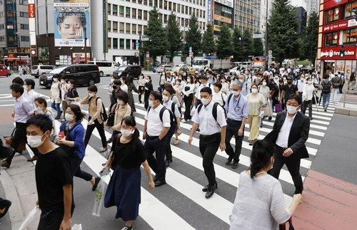 일본 도쿄 신주쿠구의 횡단모도를 건너는 시민들 모습.(이미지 출처=연합뉴스)