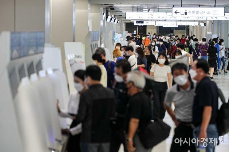 본격 휴가철에 진입한 지난 2일 서울 김포공항 국내선이 여행객들로 붐비고 있다./강진형 기자aymsdream@