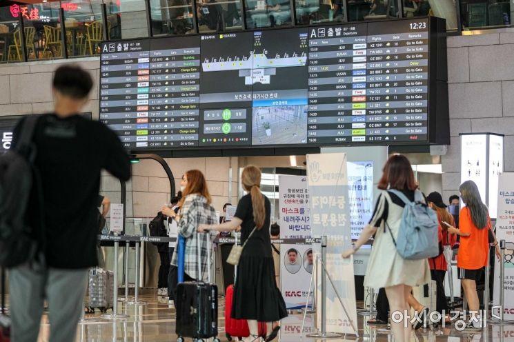 본격 휴가철에 진입한 2일 서울 김포공항 국내선이 여행객들로 붐비고 있다./강진형 기자aymsdream@