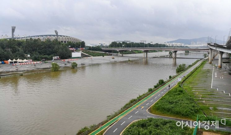 중부지역에 집중호우 특보가 발령된 2일 서울 송파구 탄천이 많은 양의 비로 수위가 높아지고 있다./강진형 기자aymsdream@