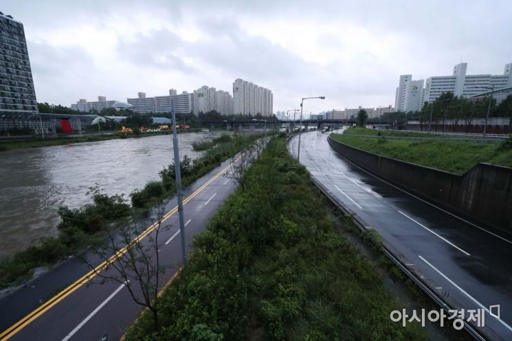 서울 북부지역의 주요 간선도로인 동부간선도로가 6일 새벽부터 중랑천 수위 상승에 따라 대부분의 구간에서 교통 통제되고 있다. 사진은 지난 3일 서울 노원구 월계1교에서 바라본 동부간선도로. /문호남 기자 munonam@