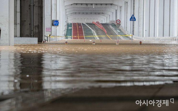 중부지방에 호우특보가 발효된 3일 서울 잠수교사 높아진 한강 수위로 인해 도로와 보행로가 통제되고 있다./강진형 기자aymsdream@