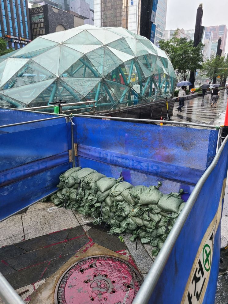 지난 1일 역류 사고가 있었던 서울 강남역 11번 출구 모습