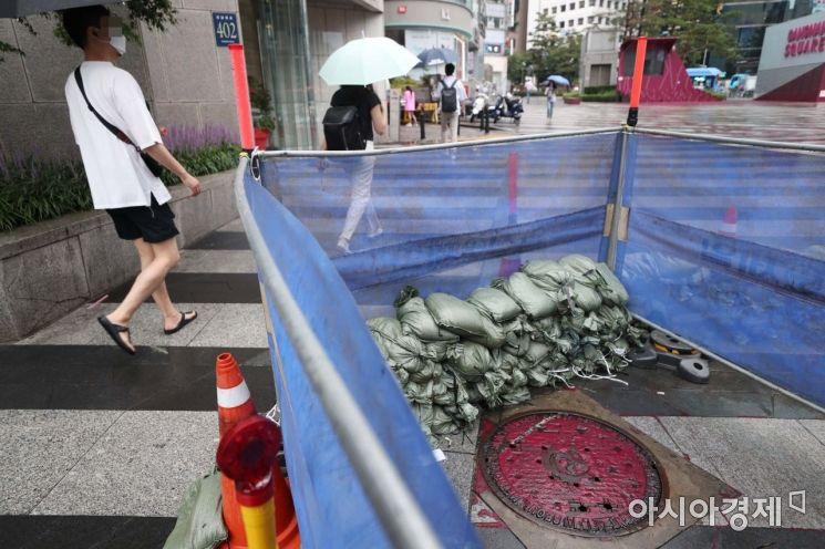 3일 서울 강남역 11번 출구 인근에 하수 역류를 막기 위한 모래주머니가 설치돼 있다. /문호남 기자 munonam@