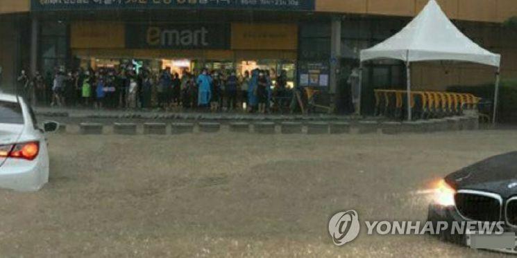 도로 침수로 발 묶인 시민들 [이미지출처=연합뉴스]