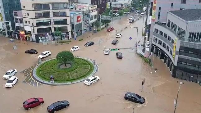 폭우로 침수된 충남 아산 온양관광호텔 앞 로터리.사진=연합뉴스