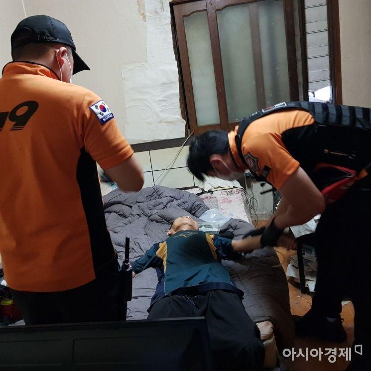 29일 A 씨가 의식을 잃고 있는 상황에서 119 구급대원들이 응급처치를 하고 있다.