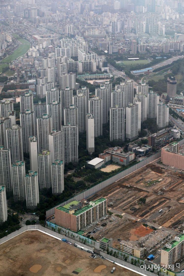 서울 송파구 롯데월드타워에서 바라본 인근 아파트 단지와 재건축 공사현장. /문호남 기자 munonam@
