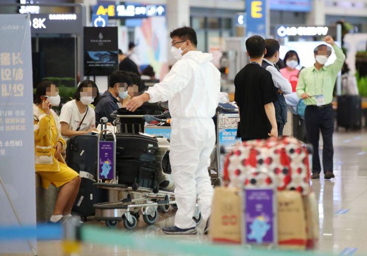 인천국제공항에서 입국객들이 교통편을 기다리고 있다.<이미지:연합뉴스>