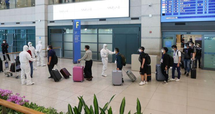 31일 오전 인천국제공항을 통해 귀국한 이라크 건설 현장 파견 근로자들이 공항 청사를 나서고 있다.<이미지:연합뉴스>