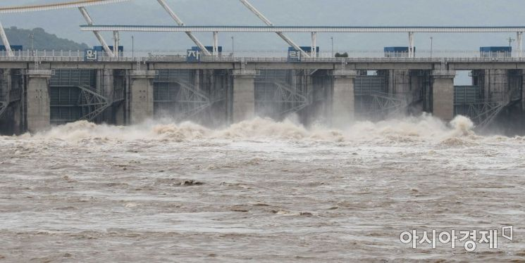 [포토]방류되고 있는 팔당댐