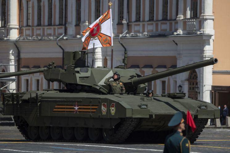 지난 6월24일(현지시간) 러시아 모스크바에서 열린 제2차대전 승전기념일 75주년 군사퍼레이드에 등장한 아르마타 전차의 모습 [이미지출처=EPA연합뉴스]