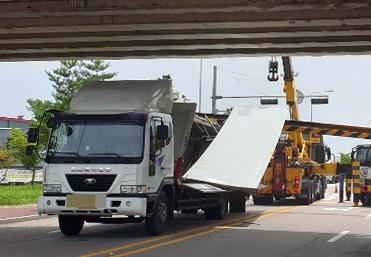 광주 광산구 평동산업단지 인근에서 화물차가 덮개를 열고 주행하다 통행 높이 제한 구조물을 들이받았다. 사진=광주지방경찰청 제공