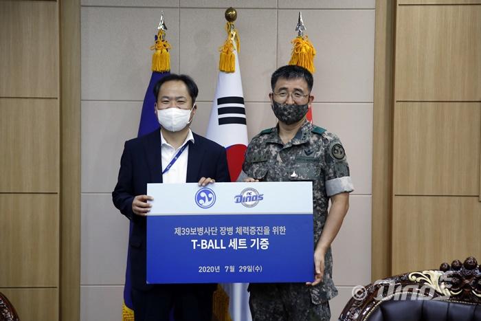 29일 39사단에서 황순현 NC 다이노스 대표이사(왼쪽)가 39사단 박안수(오른쪽) 보병단장에게 티볼세트를 기증하고 있다.(사진=NC)