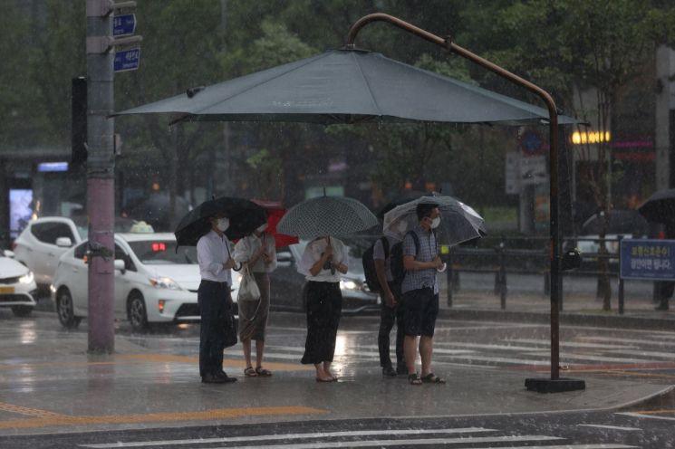 수요일인 5일은 전국이 대체로 흐린 가운데 중부지방을 중심으로 새벽부터 많은 비가 오겠다. [이미지출처=연합뉴스]
