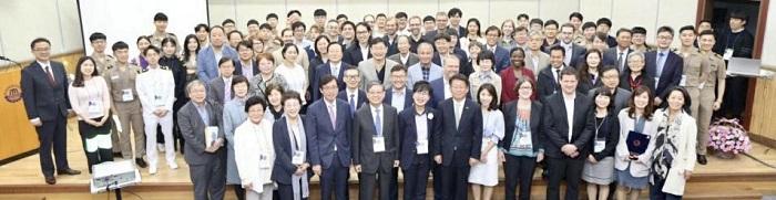 지난해 5월 한국해양대 국제교류협력관에서 개최된 '2019 아데코 포럼(ADeKo-Forum) 4.0'에서 참석자들이 기념촬영을 하고 있다.(사진=한국해양대)