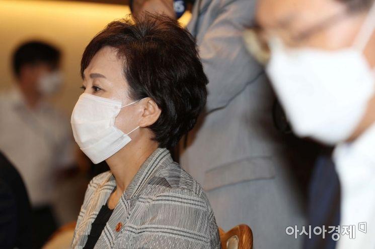 [포토]홍남기 부총리 발언 듣는 김현미 장관