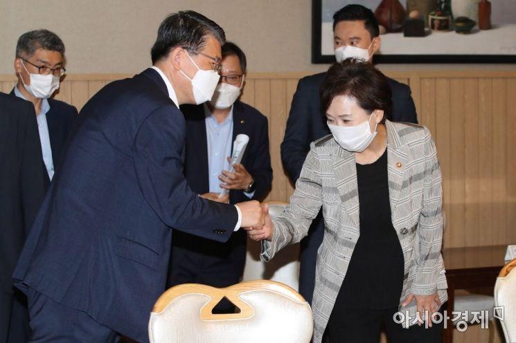 [포토]악수하는 김현미 장관과 은성수 위원장