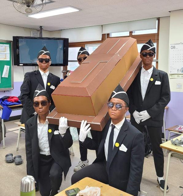 의정부고등학교 학생들이 유튜브에서 인기를 끈 '관짝소년단'을 패러디한 모습.사진=의정부고등학교 학생자치회 페이스북 게시물 캡처.